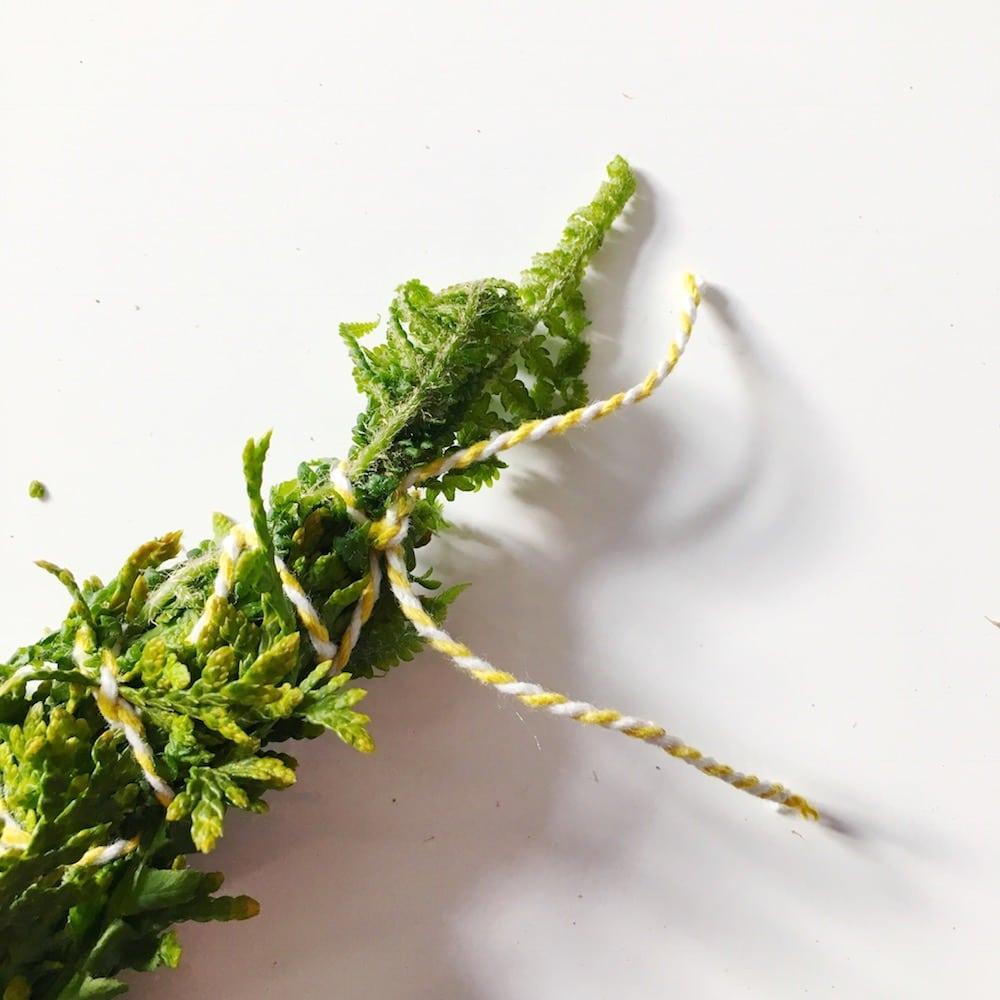 Räucherbündel selber wickeln im Frühling