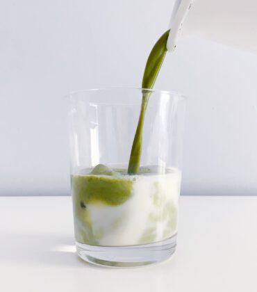 Iced Hatcha Latte – der Sommerdrink aus fein gemahlenen Hanfblättern
